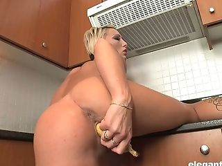 Flexible sporty Pearl Diamond has got a great idea to masturbate in the kitchen