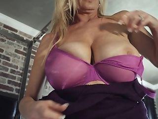 Kelly Madison treats a hot guy to an amazing handjob session